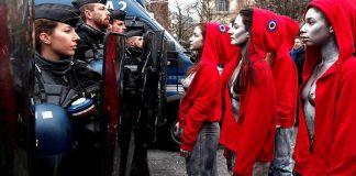 Οι γυμνόστηθες της Femen που συμμάχησαν με τα Κίτρινα Γιλέκα, Νεφέλη Λυγερού
