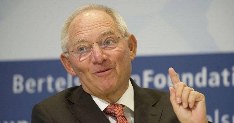 του Κώστα Μελά – Μπορεί ο Σόιμπλε να εγκατάλειψε το υπουργείο Οικονομικών για να μετακομίσει στην προεδρία του γερμανικού Κοινοβουλίου, αλλά το πνεύμα του συνεχίζει να επικαθορίζει σε μεγάλο βαθμό τον τρόπο που όχι μόνο οι Χριστιανοδημοκράτες, αλλά και συνολικά το Βερολίνο προσεγγίζει το ελληνικό πρόβλημα. Αξίζει να εστιάσουμε σε τρία ψεύδη που ο άλλοτε άρχοντας του Eurogroup μετέτρεψε στο μυαλό πολλών-πολλών Γερμανών, αλλά και άλλων Ευρωπαίων σε αναμφισβήτητες «αλήθειες». Ψεύδος Νο 1 «Η Ελλάδα δεν θα έχει κανένα πρόβλημα […]