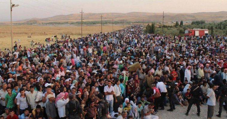 του Άγγελου Συρίγου – Λόγω της πλήρους διαλύσεως κατά το πρώτο εννεάμηνο του 2015 της διαχειρίσεως μεταναστευτικών και προσφυγικών ροών, η Ελλάδα κατέστη η κατ' εξοχήν χώρα ενδιαφέροντος του ευρωπαϊκού κατεστημένου. Αρχικώς, τον Ιούλιο του 2015, θεώρησαν ότι η λύση είναι τα hot spots και μας τα επέβαλαν. Τον Οκτώβριο μας υποχρέωσαν να δημιουργήσουμε εντός τριμήνου 50.000 θέσεις φιλοξενίας. Ακολούθησε το κλείσιμο του βαλκανικού διαδρόμου τον Φεβρουάριο του 2106. Η νατοϊκή επιχείρηση στο Αιγαίο ξεκίνησε τον Μάρτιο και συνοδεύθηκε από […]