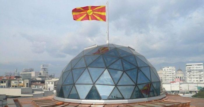 Εντάσεις στην εσωτερική πολιτική πραγματικότητα προκαλεί η κινητικότητα στο Μακεδονικό ζήτημα και η διαφαινόμενη διάθεση προσέγγισης στο ζήτημα της ονομασίας, τόσο από την ελληνική όσο και από την κυβέρνηση των Σκοπίων. Η αντιπολίτευση με πρώτη τη ΝΔ κάνει λόγο για διαφορετικές θέσεις των δύο κυβερνητικών εταίρων, ενώ η κυβέρνηση καλεί την αξιωματική αντιπολίτευση να εκφράσει την δική της θέση. Στο θέμα τοποθετήθηκε σήμερα Τετάρτη και ο Πάνος Καμμένος, ο οποίος εξέφρασε την αισιοδοξία του ότι μπορεί οι διαπραγματεύσεις με τα […]