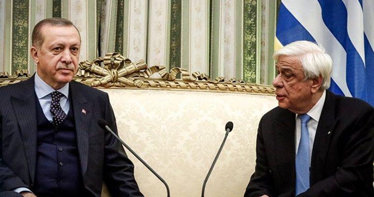 του Σταύρου Λυγερού – Σε on line αντιπαράθεση θέσεων εξελίχθηκε η υποδοχή του Τούρκου προέδρου από τον Έλληνα ομόλογό του στο Προεδρικό Μέγαρο. Ο Παυλόπουλος εξέθεσε αναλυτικά τις ελληνικές θέσεις, απαντώντας εμμέσως πλην σαφώς σε όσα είχε πει ο Ερντογάν στη συνέντευξή του στον Σκάι. Το γεγονός αυτό υποχρέωσε και τον Τούρκο πρόεδρο να εγκαταλείψει τις σημειώσεις του με τη σύντομη αντιφώνηση και να μπει κι αυτός στην ουσία, εκθέτοντας τις πάγιες θέσεις της Άγκυρας και για τα ελληνοτουρκικά και […]