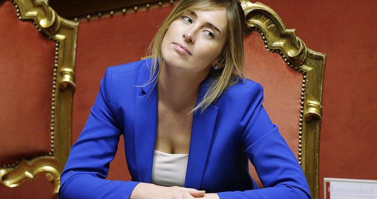 του Δημήτρη Δεληολάνη – Η Μαρία Έλενα Μπόσκι θεωρείται καλλονή στην Ιταλία: ψηλή και ξανθιά. Έτσι, τράβηξε την προσοχή κάθε κάμερας κατά την ορκωμοσία της κυβέρνησης του Ματέο Ρέντσι στις 21 Φεβρουαρίου 2014. Η νεαρή υπουργός Συνταγματικής Αναθεώρησης ήταν τότε 33 ετών, δικηγόρος με έδρα στο Αρέτσο της Τοσκάνης, στενή συνεργάτις του Ρέντσι ως νομικός σύμβουλος όταν ο πρώην πρωθυπουργός ήταν δήμαρχος της Φλωρεντίας. Τώρα η Μπόσκι βρίσκεται στο επίκεντρο ενός μεγάλου τραπεζικού σκανδάλου, το οποίο ο γραμματέας του Δημοκρατικού […]