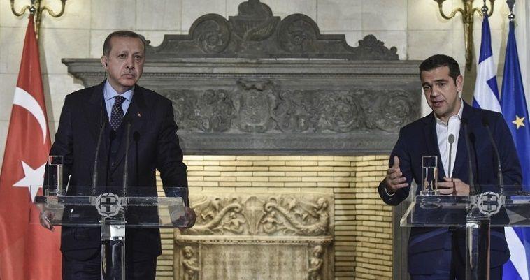 του Σταύρου Λυγερού – Αν μη τι άλλο, η επίσημη επίσκεψη του Ερντογάν καινοτόμησε, δημιουργώντας νέα διπλωματική πρακτική. Είναι, ίσως, η πρώτη φορά που δύο πλευρές εκθέτουν on line μπροστά στις κάμερες τις αντιτιθέμενες θέσεις τους. Και μάλιστα πριν βρεθούν πίσω από κλειστές πόρτες και διερευνήσουν τα περιθώρια συγκλίσεων, ή τουλάχιστον υιοθέτησης μίας κοινής ρητορικής που να δημιουργεί την ελπίδα προσέγγισης. Το πλαίσιο της επίσκεψης διαμορφώθηκε με το καλημέρα. Με πρωτοβουλία του Προέδρου της Δημοκρατίας,η υποδοχή του Τούρκου ομολόγου του […]