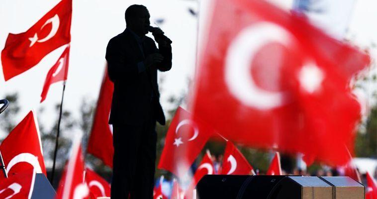 του Νίκου Μιχαηλίδη – Πρόσφατα, το περιοδικό Foreign Affairs δημοσίευσε μια αποκαλυπτική ανάλυση για τη φυσιογνωμία του τουρκικού κράτους. Παρέθεσε στοιχεία και επιχειρήματα που αφορούν στην κατακόρυφη άνοδο του οργανωμένου εγκλήματος και στις διασυνδέσεις του με το επίσημο κράτος. Προέβη, μάλιστα, και σε έναν πρωτοφανή, για την ιστορία του εντύπου, χαρακτηρισμό: έθεσε ανοιχτά το ερώτημα αν η Τουρκία διολισθαίνει σε καθεστώς κράτους μαφίας που απειλεί την ασφάλεια στην ευρύτερη περιοχή! Αξίζει βέβαια να τονιστεί ότι οι σχέσεις οργανωμένου εγκλήματος και […]
