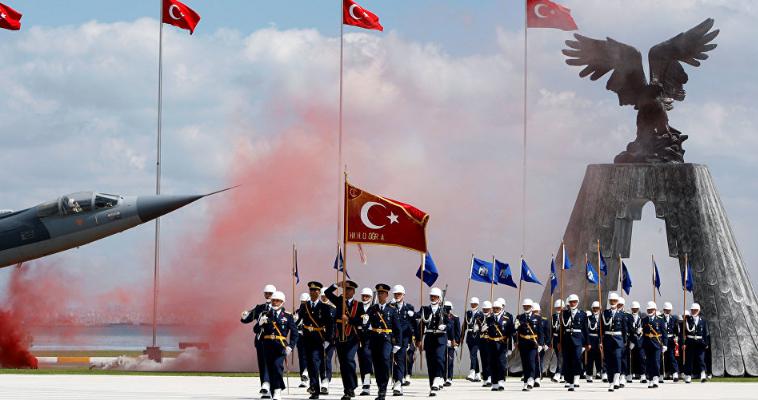 του Μάκη Ανδρονόπουλου – Η τουρκική εισβολή με δύο μεραρχίες στο κουρδικό καντόνι Αφρίν στη Συρία δεν έχει προκαλέσει μόνο την οργή του Αμερικανού προέδρου Τραμπ και της Γερμανίας. Προβληματίζει έντονα και τους ΝΑΤΟϊκούς κύκλους, καθώς εδραιώνεται η πεποίθηση πως η ισλαμική κυβέρνηση του Ερντογάν είναι ανεξέλεγκτη. Οι προβληματισμοί είχαν ξεκινήσει από την εποχή του πραξικοπήματος και τις μαζικές συλλήψεις και τους διωγμούς όχι μόνο αξιωματικών, αλλά και κάθε είδους δημοσίων λειτουργών, καθώς και δημοσιογράφων και ακαδημαϊκών. Τώρα διαπιστώνουν πέρα […]