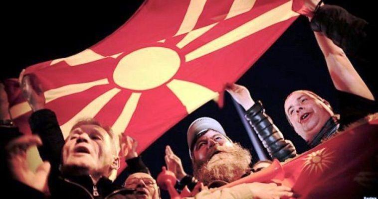 Αμέσως μετά την απόρριψη της πρότασης Νίμιτς από τον πρέσβη Ναουμόφσκι, θέσαμε σε άρθρο μας το ερώτημα εάν η απόρριψη εκφράζει και την κυβέρνηση Ζάεφ, ή εάν πρόκειται για προσπάθεια εγκλωβισμού της από τον προσκείμενο στην πλευρά Γκρουέφσκι εκπρόσωπο των Σκοπίων στις διαπραγματεύσεις. Η απάντηση ήρθε με την ανακοίνωση της κυβέρνησης Ζάεφ, η οποία αναφέρει: «Στον ΟΗΕ δημιουργούνται προϋποθέσεις για να προχωρήσει η διαδικασία προς τα μπροστά, η έκβαση θα εξαρτηθεί από την ετοιμότητα των δύο πλευρών για συμβιβασμό». Στην […]