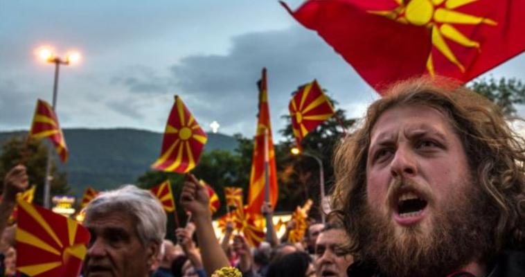 του Βενιαμίν Καρακωστάνογλου – Όπως και στα υπόλοιπα μεγάλα εθνικά μας ζητήματα (Κυπριακό, Αιγαίο, Θράκη), έτσι και στο Μακεδονικό, επικρατούν καθιερωμένα στερεότυπα, τα οποία, φοβάμαι, ότι ούτε στην ρεαλιστική αποτύπωση και κατανόηση της κατάστασης βοηθούν, ούτε την προώθηση ευνοϊκών λύσεων διευκολύνουν. Εφησυχάζουμε, λοιπόν, με ψευδαισθήσεις που καλλιεργούνται, ενώ τα ζητήματα έχουν αποτελματωθεί επί δεκαετίες. Ο παράγων του χρόνου, βέβαια, από μόνος του συμβάλλει γενικά στην επίλυση (άμβλυνση) ζητημάτων. Αυτό, όμως, συμβαίνει μόνο όταν η πάροδος του χρόνου συνοδεύεται από δράσεις […]