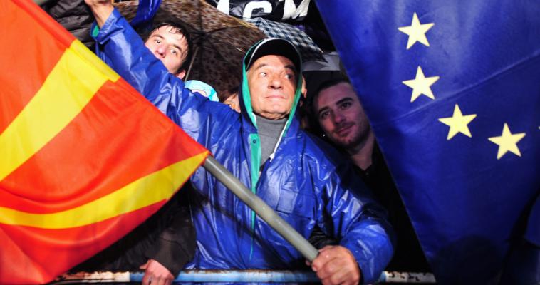 του Αλέξανδρου Τάρκα – Η επάνοδος του ζητήματος της ΠΓΔΜ στο πολιτικό και διπλωματικό προσκήνιο αποτελεί απόδειξη ότι τα θέματα εθνικής ασφάλειας δεν είναι δυνατόν «να τα έχουμε ξεχάσει σε 10 χρόνια». Γιατί το θέμα των Σκοπίων εξαρτάται, όπως ο Κωνσταντίνος Καραμανλής επεσήμαινε στους εταίρους της τότε ΕΟΚ και προειδοποιούσε τον Κωνσταντίνο Μητσοτάκη το 1992, «από τους συνδυασμούς δυνάμεων που θα προκύψουν στο εγγύς ή στο απώτερο μέλλον στα Βαλκάνια και στην ευρύτερη περιοχή» και δεν νοούνται κοντόφθαλμες πολιτικές. Σε […]