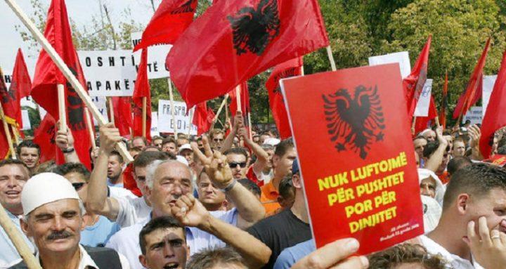Αν και ο πρωθυπουργός των Σκοπίων Ζόραν Ζάεφ δηλώνει περιχαρής ότι λύθηκαν τρία από τα επτά ζητήματα που σχετίζονται με το ονοματολογικό, δημοσιεύματα στην γειτονική χώρα θέλουν τα αλβανικά κόμματα που στηρίζουν και τη κυβέρνηση Ζάεβ,να αντιδρούν στην «Gorna» (Άνω) Μακεδονία, η οποία φαίνεται να προκρίνεται. Σύμφωνα με τους εκπροσώπους τους, το όνομα που έχει προταθεί με σκοπό να χρησιμοποιείται αμετάφραστο, δεν είναι αποδεκτό από τους Αλβανούς. «Είμαστε αντίθετοι σε προτάσεις για ονόματα στην 'Μακεδονική' γλώσσα, όπως είναι η περίπτωση […]
