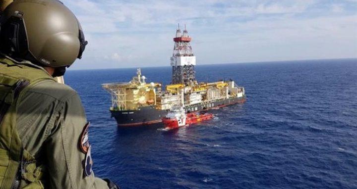 Κατάφωρη παραβίαση των κυριαρχικών δικαιωμάτων της Κυπριακής Δημοκρατίας χαρακτηρίζει το ελληνικό υπουργείο Εξωτερικών, την σοβαρότατη παρενόχληση των εργασιών γεώτρησης στην κυπριακή ΑΟΖ από τουρκικά πολεμικά πλοία. Το περιστατικό, πουσυνέβη το βράδυ της περασμένης Παρασκευής,είναι η πρώτη έμπρακτη και με πρακτικό αποτέλεσμα τουρκική πρόκληση από την έναρξη των γεωτρήσεων της ENI. Καταδεικνύει την έκδηλη προσπάθεια της Άγκυρας όχι απλώς να δημιουργήσει ένταση, αλλά να εμποδίσει τις γεωτρήσεις. Όπως είναι γνωστό, τουρκικά πολεμικά πλοία παρεμπόδισαν το πλοίο-γεωτρύπανο Saipem 12000 της ιταλικής εταιρείας […]
