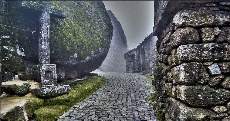 Το πορτογαλικό χωριό που σφηνώθηκε στους βράχους του Monsanto