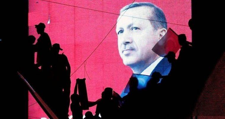 Οι εξελίξεις στις ελληνοτουρκικές σχέσεις και το κλίμα στην Τουρκία διαψεύδουν την αισιοδοξία. Ο Ερντογάν δείχνει να επιλέγει άλλο δρόμο. Οι δυο Έλληνες μεταφέρθηκαν σε φυλακές υψίστης ασφαλείας και το δικαστήριο απέρριψε το αίτημά τους. Γράφει η Νεφέλη Λυγερού – Η δικαστική προσφυγή για παύση της προφυλάκισης των δυο Ελλήνων στρατιωτικών εξετάσθηκε σήμερα στο πρωτοδικείο της Ανδριανούπολης. Παρόντες ήταν οι δικηγόροι τους Selin Özel και Hakan Yalçıntuğ και οι γονείς τους. Ο25χρονος ανθυπολοχαγός του Μηχανικού Άγγελος Μητρετώδης και ο ΕΠΟΠ […]