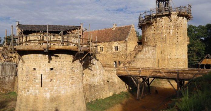 Κατασκευή μεσαιωνικού κάστρου στη Γαλλία με μεσαιωνικές τεχνικές