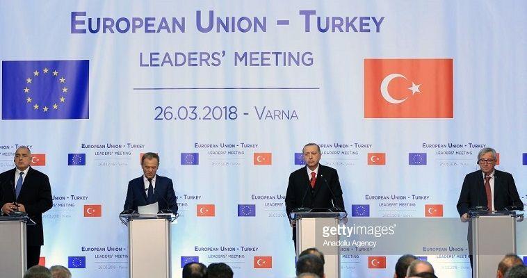 Γράφει η Νεφέλη Λυγερού – Μπορεί στη Βάρνα ο Ερντογάν να υιοθέτησε συγκριτικά χαμηλούς τόνους, προκειμένου να επιτύχει τους στόχους του, αλλά επί της ουσίας δεν φαίνεται να έχει κάνει βήμα πίσω. Είναι αλήθεια ότι αυτή τη φορά η ΕΕ χρησιμοποίησε αυστηρή γλώσσα, αν και απέφυγε οτιδήποτε θα μπορούσε να εκληφθεί σαν πρόθεση ρήξης με την Άγκυρα. Ο Τούρκος πρόεδρος άκουσε, αλλά δεν ανέλαβε δεσμεύσεις, επιμένοντας στην τακτική του να κάνει σκληρό παζάρι. Αυτό ισχύει για όλα τα θέματα και […]