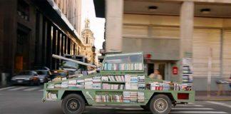 Στρατιωτικό όχημα μετατρέπεται σε κινητή βιβλιοθήκη