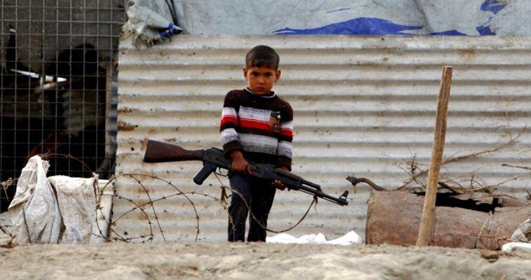 Γράφουν οι James S. Morris και Tristan Dunning* – Τα τελευταία χρόνια, οι τρομοκράτες του ISIS σοκάρουν τον κόσμο με τις φοβερές πρακτικές τους. Ιδιαίτερα αποτρόπαιη για τις ηθικές ευαισθησίες είναι ότι χρησιμοποιούν παιδιά ως μαχητές πρώτης γραμμής, ως βομβιστές αυτοκτονίας και ως εργαλεία προπαγάνδας. Από τις μακάβριες ασκήσεις που θυμίζουν «κρυφτό», στις οποίες τα παιδιά κυνηγούν και σκοτώνουν φυλακισμένους εχθρούς σε ειδικά δομημένους λαβύρινθους, στη μαζική εκτέλεση και τον αποκεφαλισμό στρατιωτών, οι νέοι που ζουν κάτω από την κυριαρχία […]