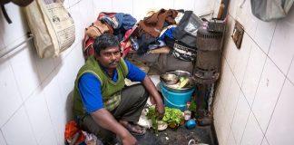 Ο Ινδός που ζει μέσα σε μια τουαλέτα