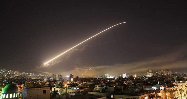 Γράφει ο Σταύρος Λυγερός – Τα γεγονότα δείχνουν ότι τελικώς η κρίση στη Συρία προς το παρόν έληξε με έναν παρασκηνιακό συμβιβασμό κι όχι όπως επεδίωκε το «κόμμα του πολέμου». Η Ουάσιγκτον ενημέρωσε τη Μόσχα για την πρόθεση να πραγματοποιήσει την πυραυλική επίθεση και της υπέδειξε τους στόχους, με αντάλλαγμα τη μη ρωσική στρατιωτική αντίδραση. Πράγματι, οι Ρώσοι ενημέρωσαν τις συριακές δυνάμεις, οι οποίες εγκαίρως εγκατέλειψαν τις βάσεις-στόχους, με αποτέλεσμα από την επίθεση να προκύψουν μόνο υλικές ζημιές. Αυτό πρακτικά […]