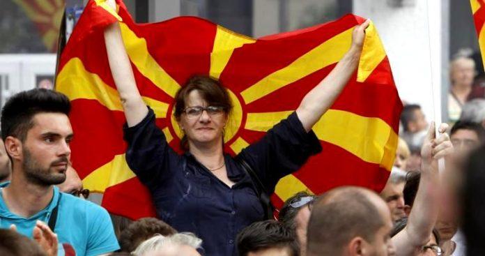 Η επικύρωση της συμφωνίας στο περικυκλωμένο κοινοβούλιο της ΠΓΔΜ, Νεφέλη Λυγερού