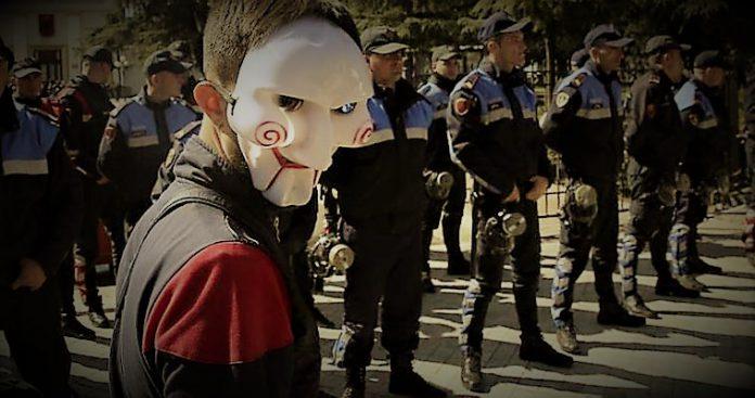 """Το κίνημα """"Ράμα φύγε"""" - Η Αλβανία στο κενό, Παντελής Καρκαμπάσσης"""