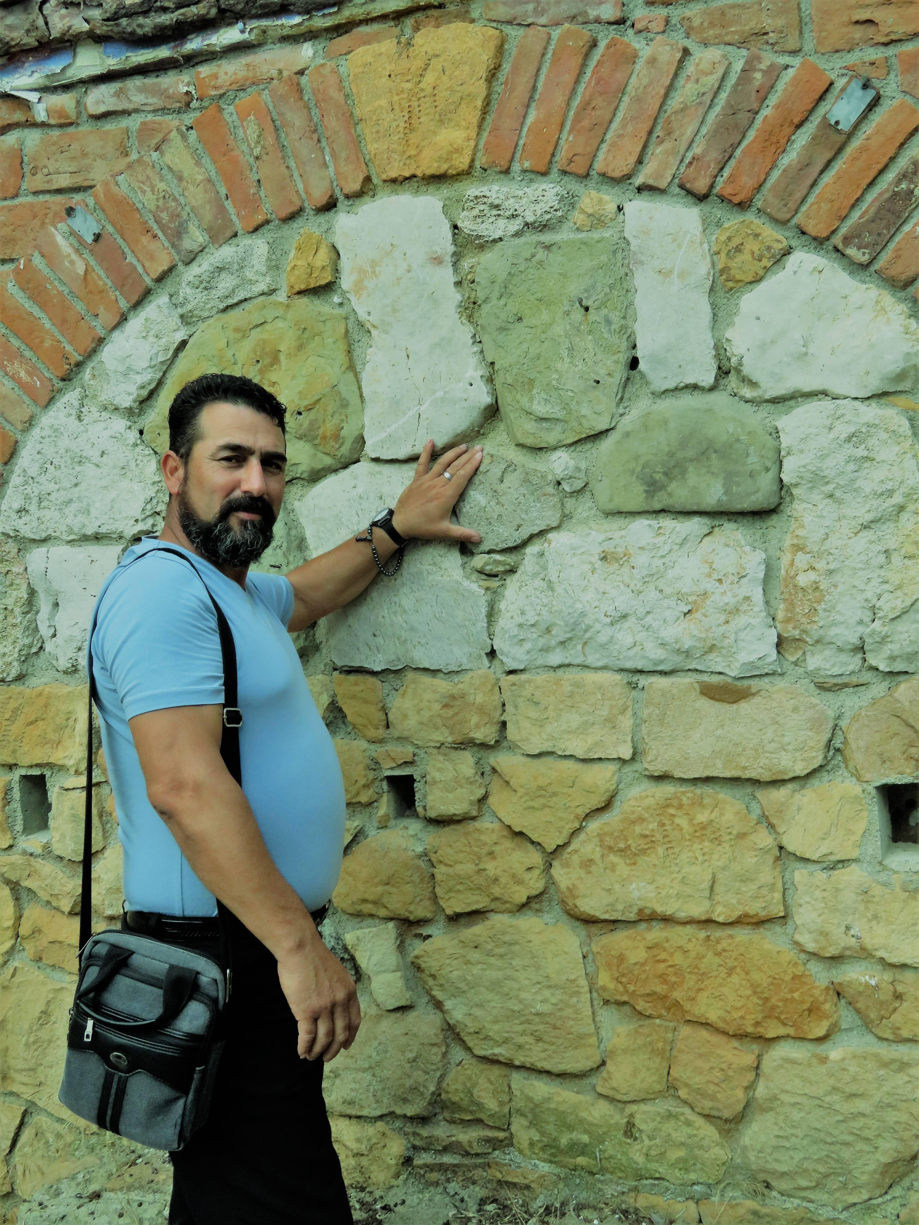 Ο κ. Ραμαντάν στις Φέρες Εβρου όπου ζει και δραστηριοποιείται φωτογραφίζεται στο βυζαντινό υδραγωγείο στο ρέμα του Κοτζια απ όπου περνούσε ο αρχαίος ποταμός Σαμία.