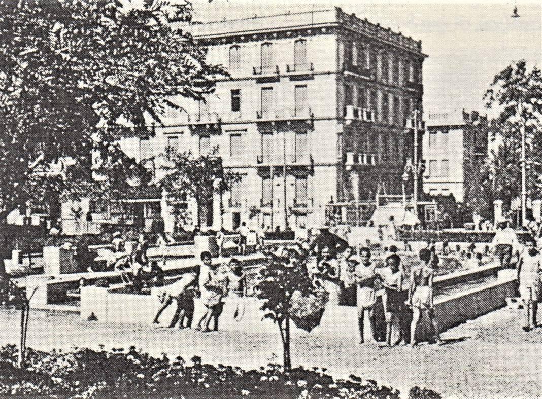 Παιδόκοσμος στη δεξαμενή του Δήμου Αθηναίων, γωνία Αλεξάνδρας και Πατησίων, το 1933