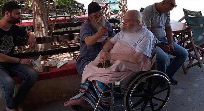 Ο πρώην Πατριάρχης δέχεται τις φροντίδες του Αρχιμανδρίτη Χρυσοστόμου, ηγουμένου της Ι.Μ. Αγ. Γερασίμου, στην Νεκρά Θάλασσα.