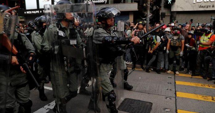 Με πραγματικές σφαίρες απειλεί η αστυνομία στο Χονγκ Κονγκ