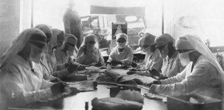 Νοσοκόμες ράβουν ιατρικές μάσκες κατά την περίοδο της Ισπανικής Γρίπης