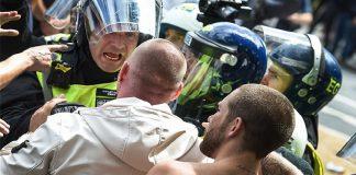 Αντιδιαδηλώσεις και συγκρούσεις για τον ρατσισμό στη Βρετανία με casus belli τα αγάλματα