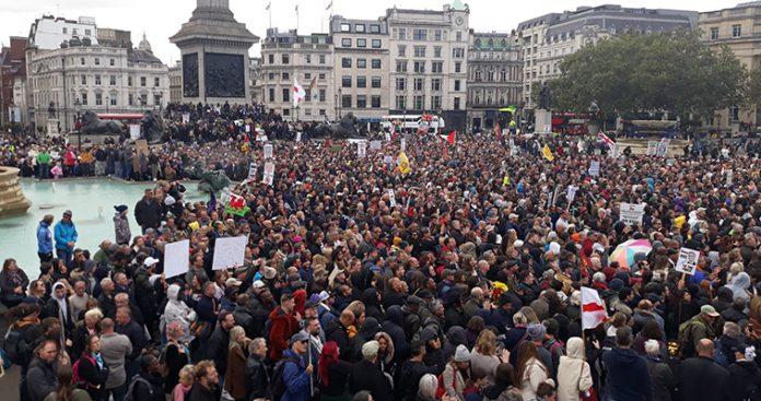 Τα μέτρα κατά της πανδημίας προκαλούν διαδηλώσεις και πολιτικό πρόβλημα στη Βρετανία