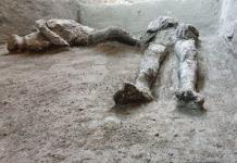 """Αρχαιολόγοι """"αναδόμησαν"""" από λείψανα αφέντη και δούλο στην Πομπηία"""