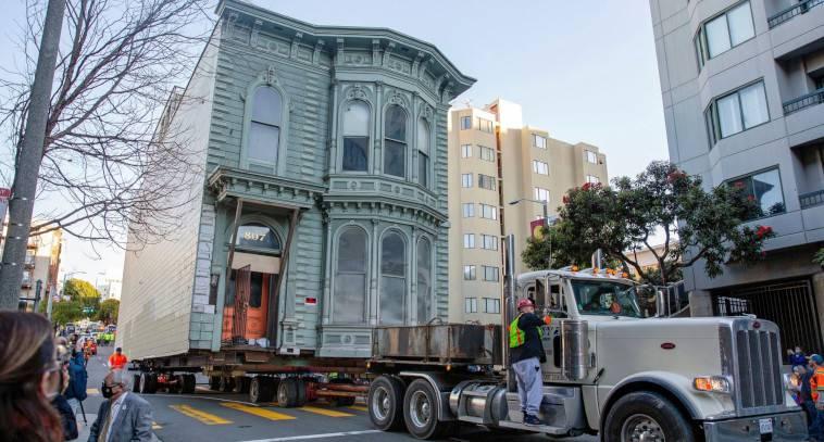 Ιστορικό σπίτι 139 ετών μεταφέρθηκε με φορτηγό σε νέα διεύθυνση, στο Σαν Φρανσίσκο